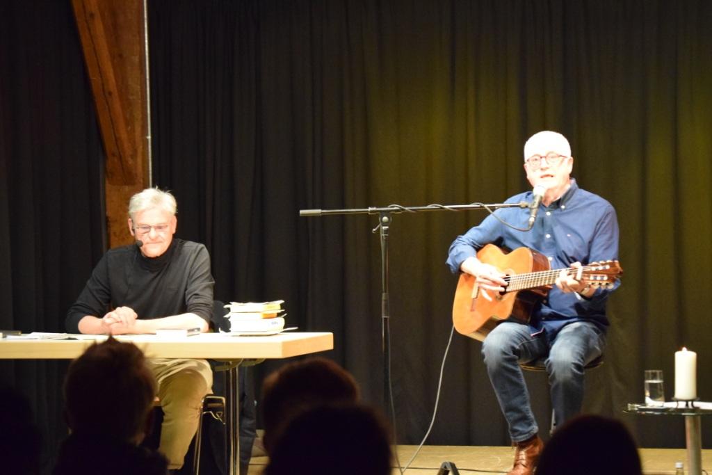 Ralf Lehmann (li.) und Willi Sommerwerk mit Gitarre: Zusammen gestalteten sie einen entspannten und berührenden Abend in der Alten Schranne. Foto: Peter Urban